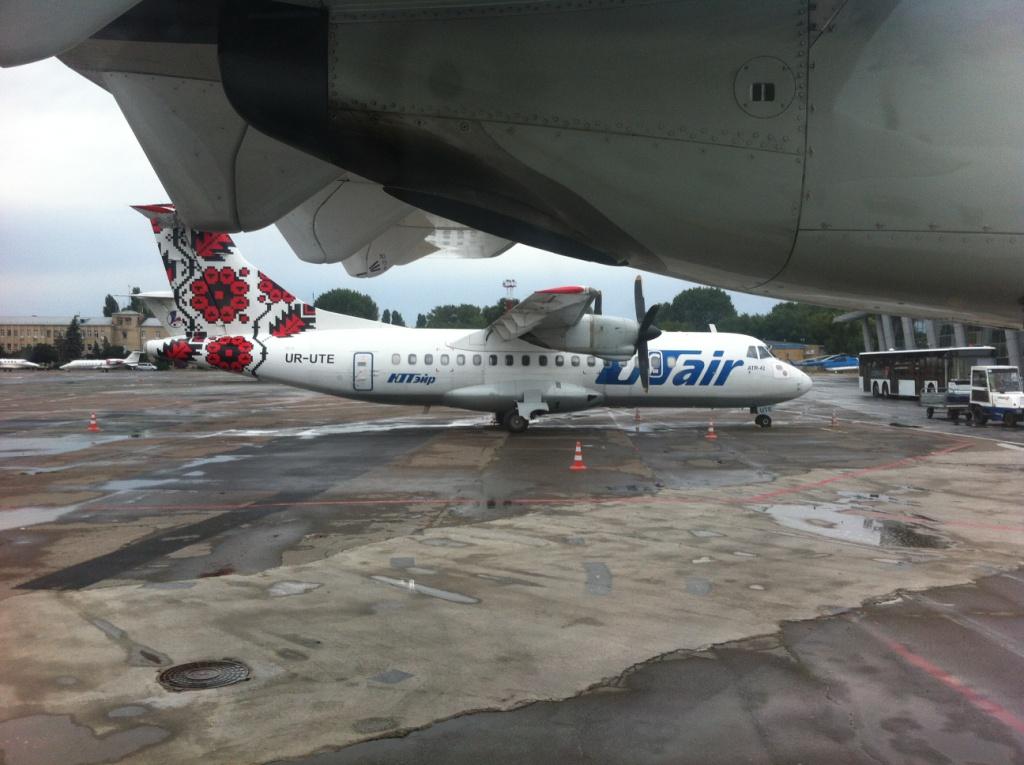 ATR 42 авиакомпании ЮТэйр-Украина в киевском аэропорту Жуляны