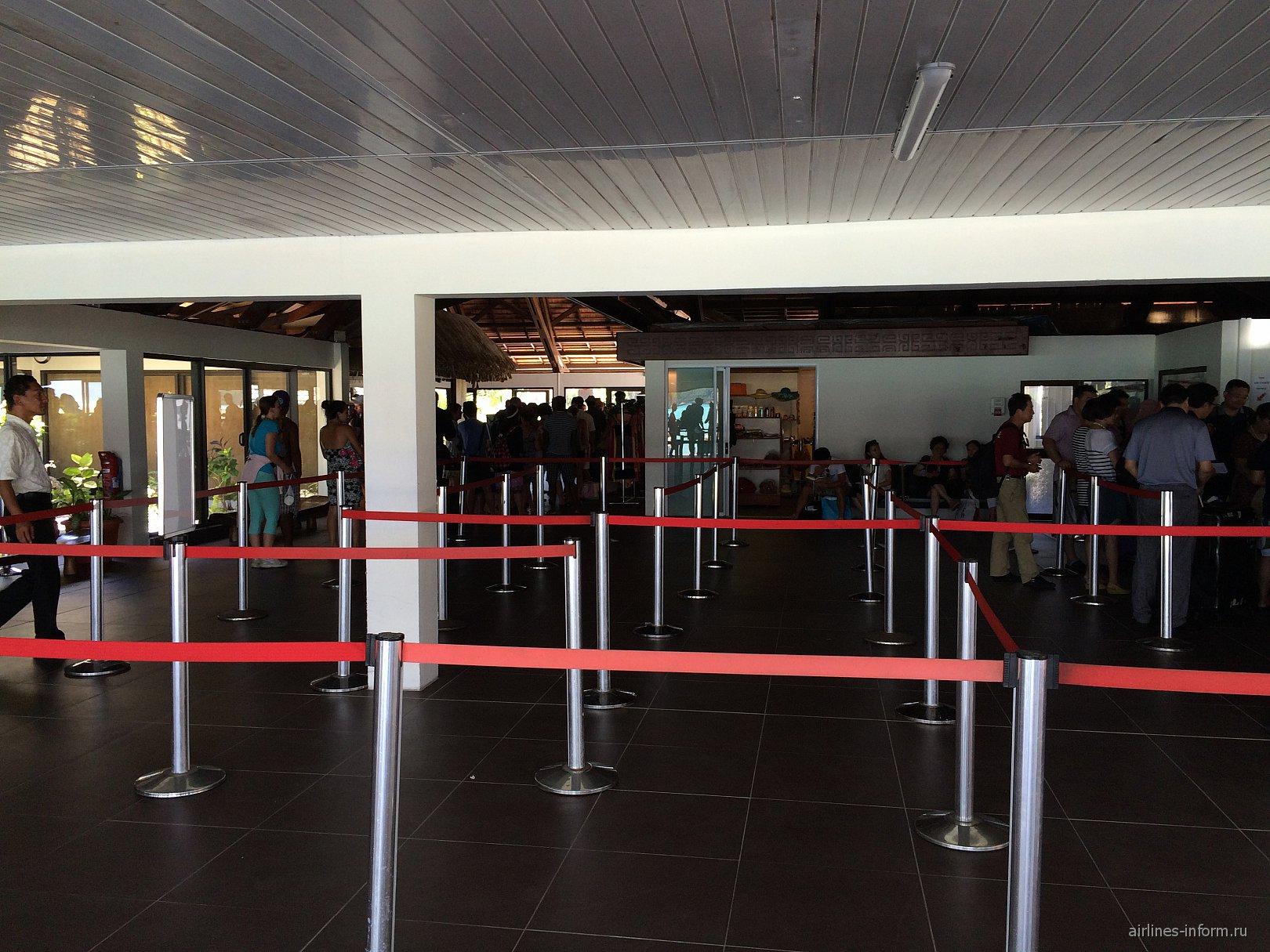 Зал прилета в аэропорту Бора-Бора