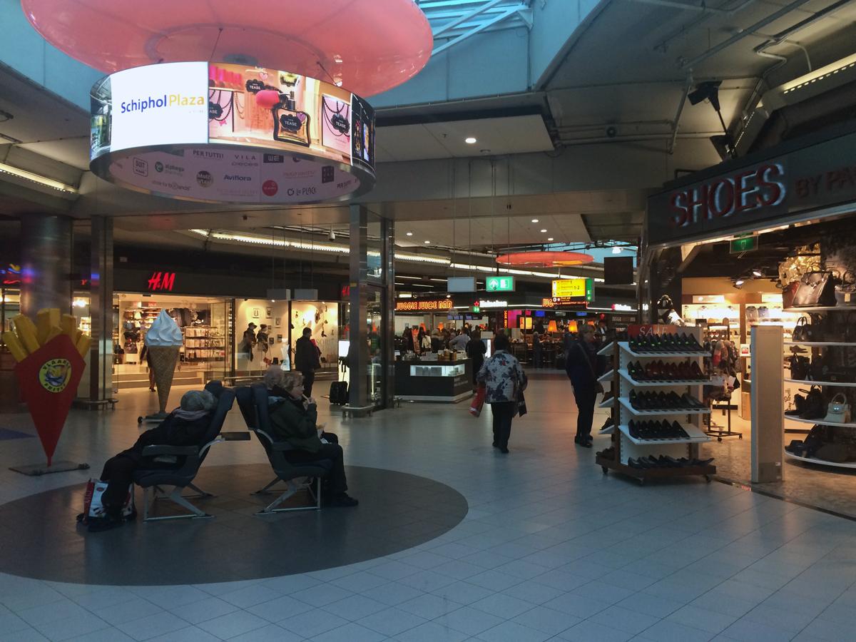 """Торговая зона """"Schiphol Plaza"""" в аэропорту Амстердама"""