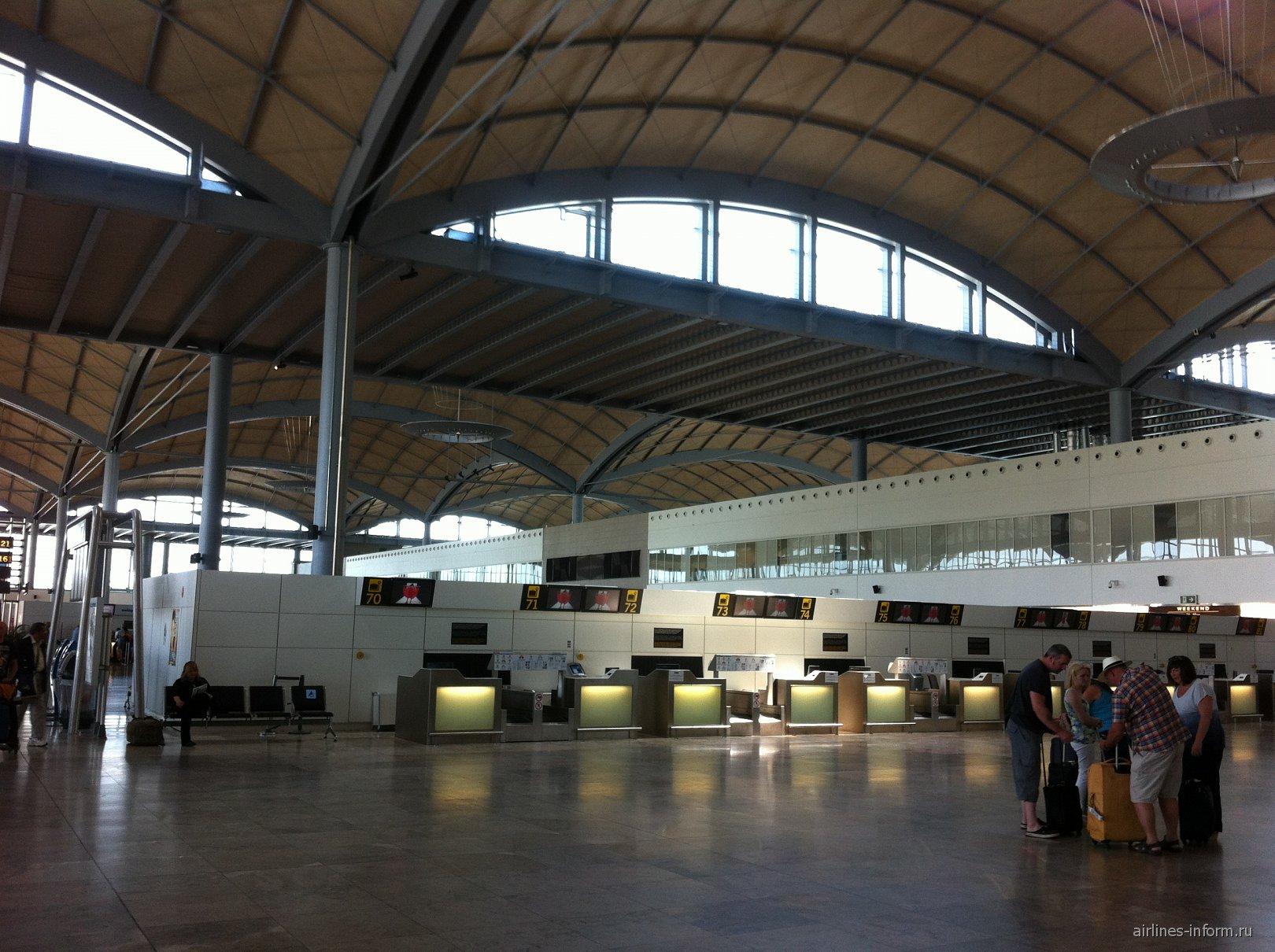 Интерьер терминала аэропорта Аликанте
