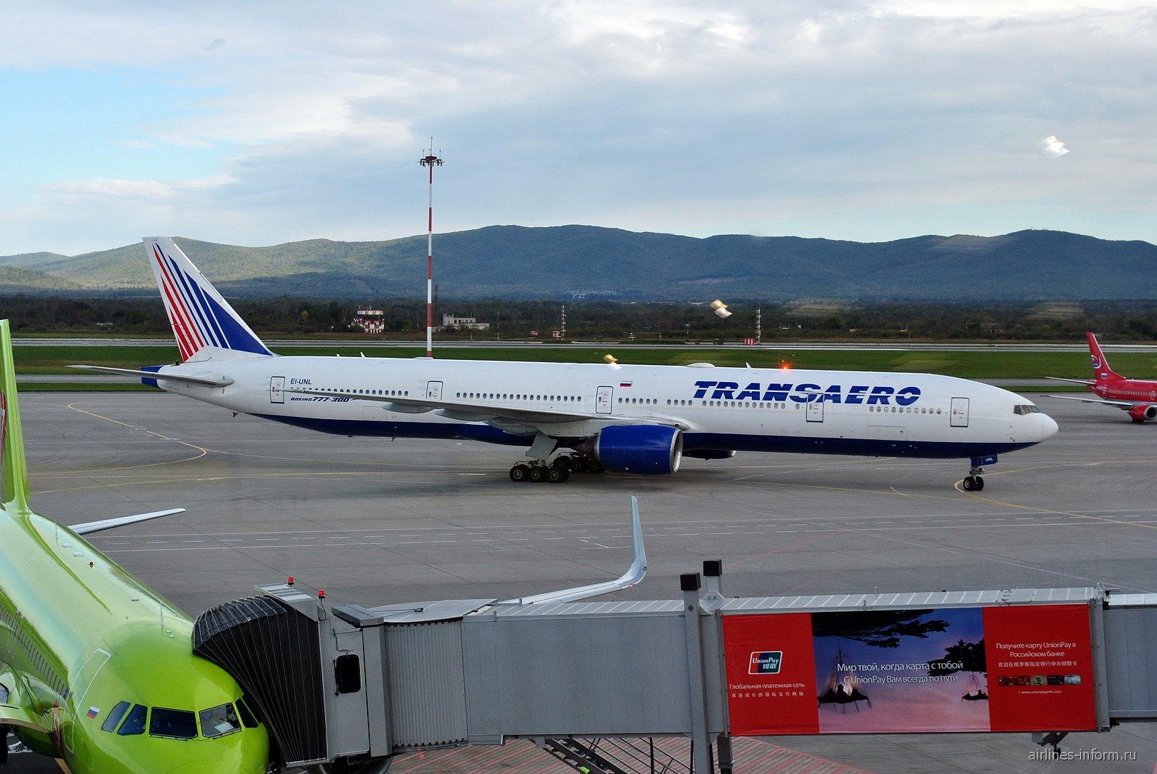 Boeing 777-300 авиакомпании Трансаэро в аэропорту Владивостока
