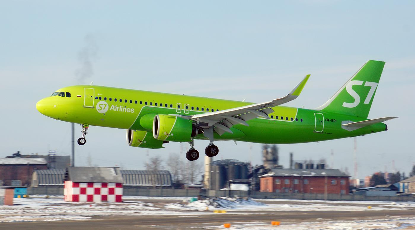 Самолет Airbus A320neo VQ-BRI авиакомпании S7 Airlines садится в аэропорту Иркутск