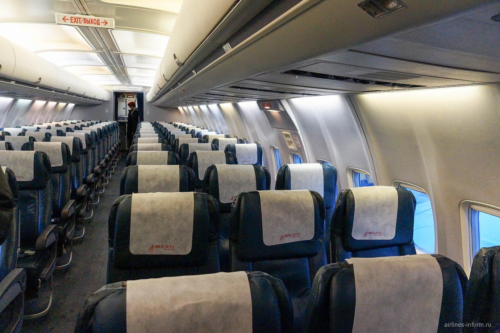 Пассажирский салон в самолете Боинг-737-500 авиакомпании