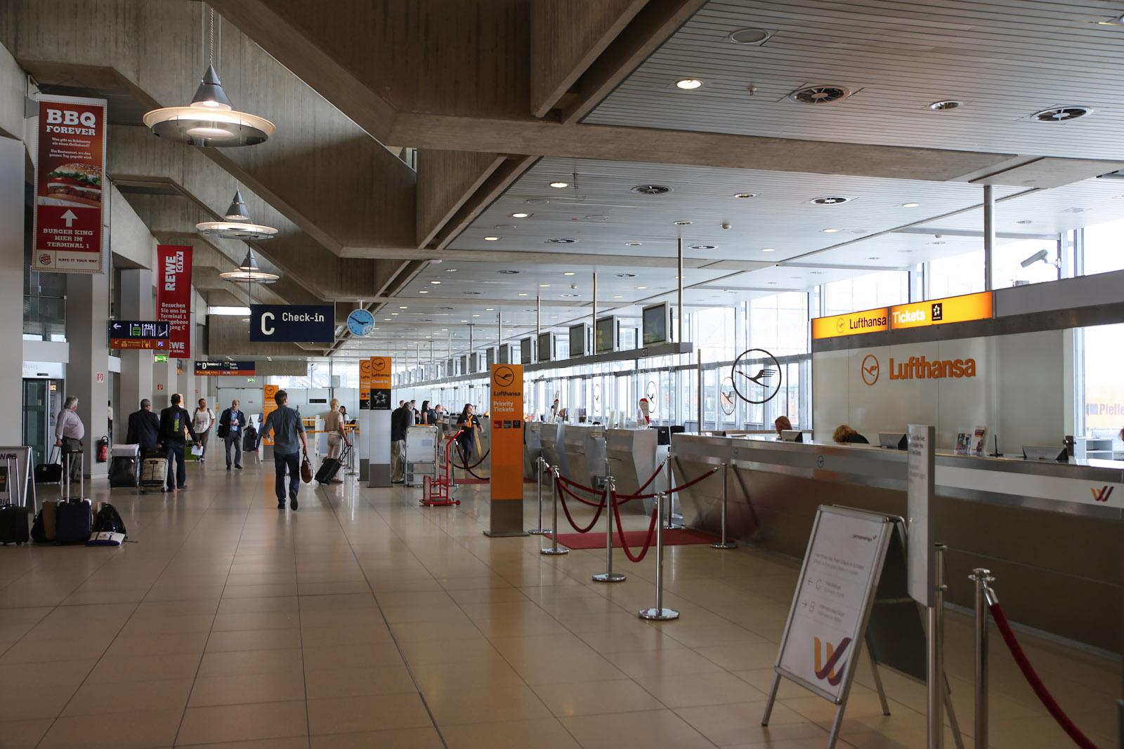 """Стойки регистрации """"Люфтганзы"""" в терминале 1 аэропорта Кёльн/Бонн"""