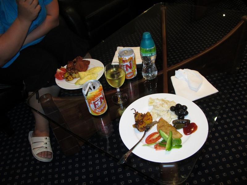 В бизнес-зале Тайских авиалиний в аэропорту Коломбо