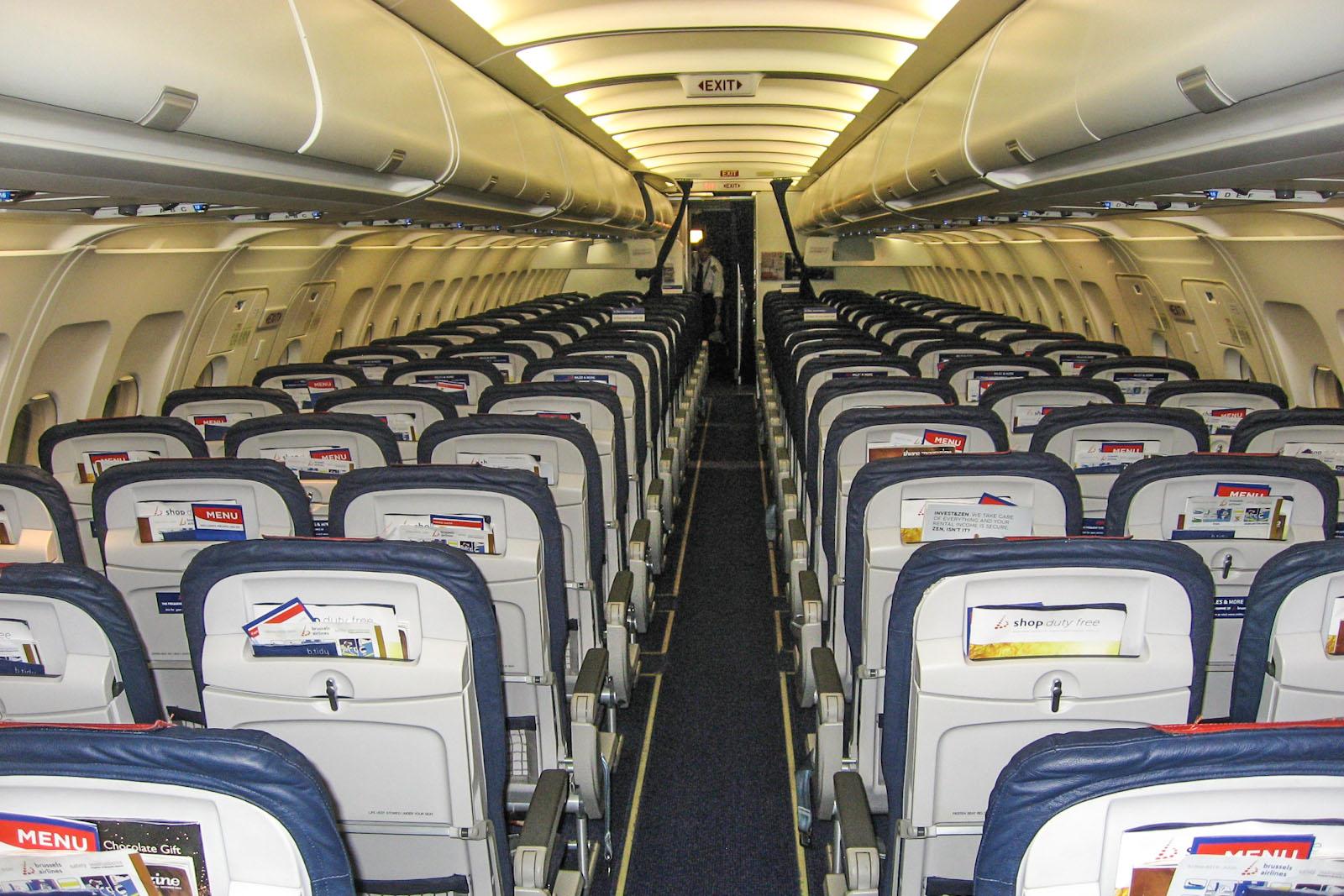 Пассажирский салон самолета Airbus A320 Брюссельских авиалиний