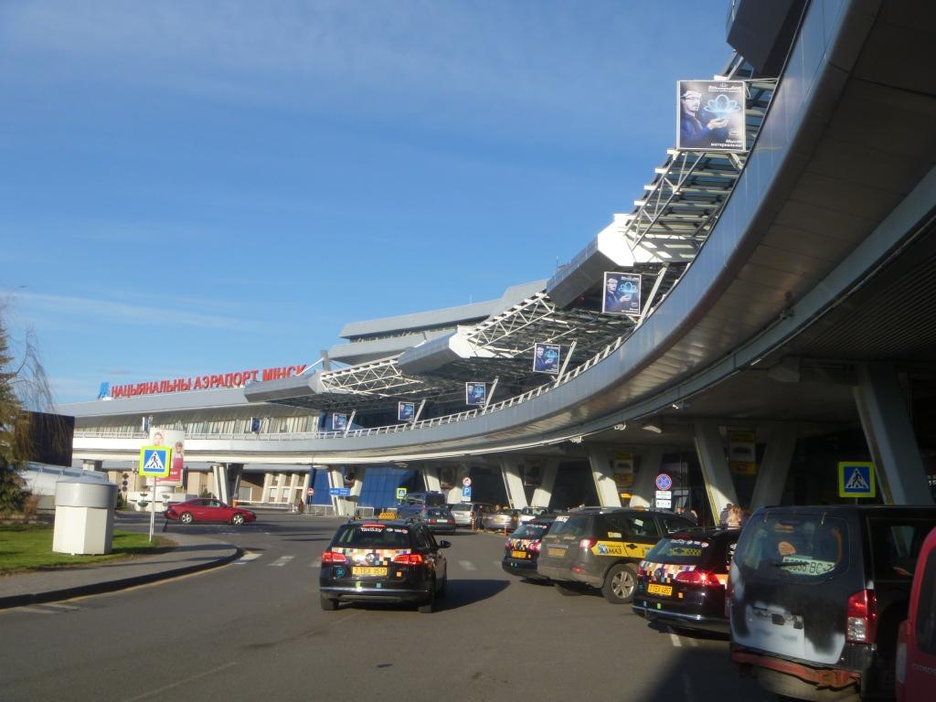 Такси у входа в аэровокзал аэропорта Минск