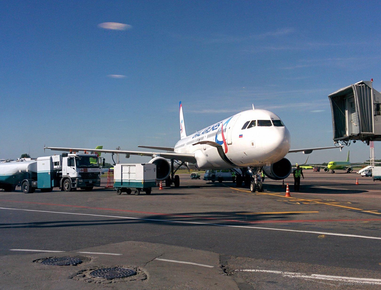 Airbus A321 Уральских авиалиний в аэропорту Москва Домодедово