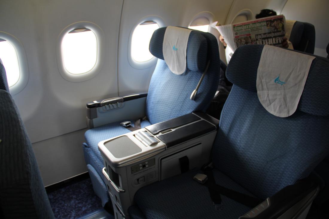 Салон бизнес-класса в самолете Airbus A319 авиакомпании Bangkok Airways