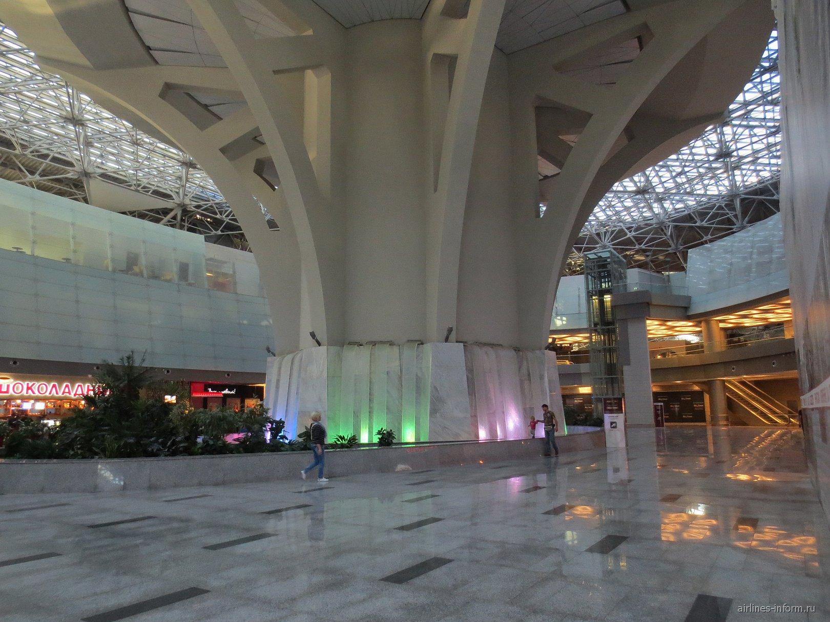 Водопад в чистой зоне международных вылетов терминала А аэропорта Внуково