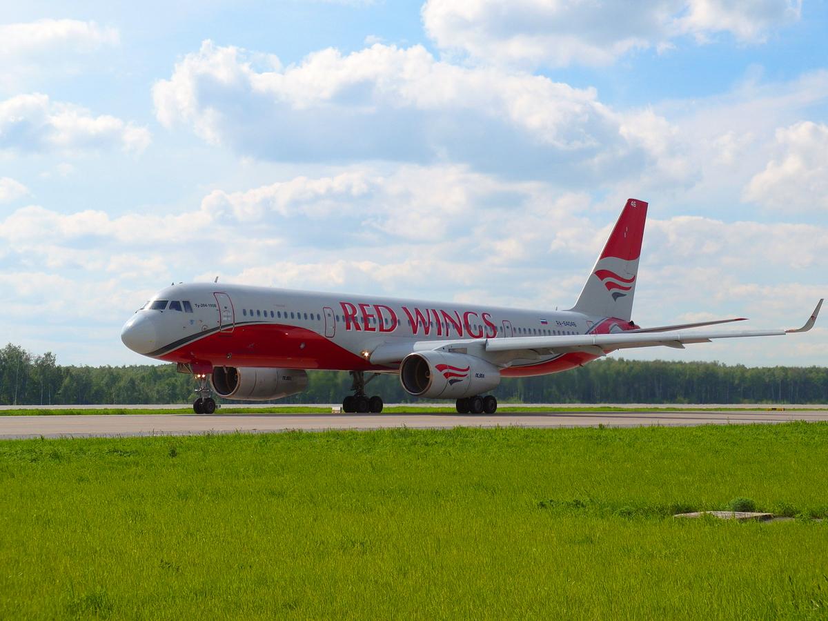 Ту-204-100 авиакомпании Red Wings в аэропорту Домодедово