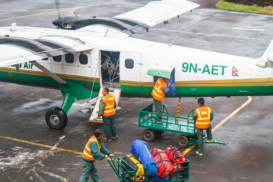 Загрузка багажа в самолета DHC-6 Tara Air в аэропорту Лукла