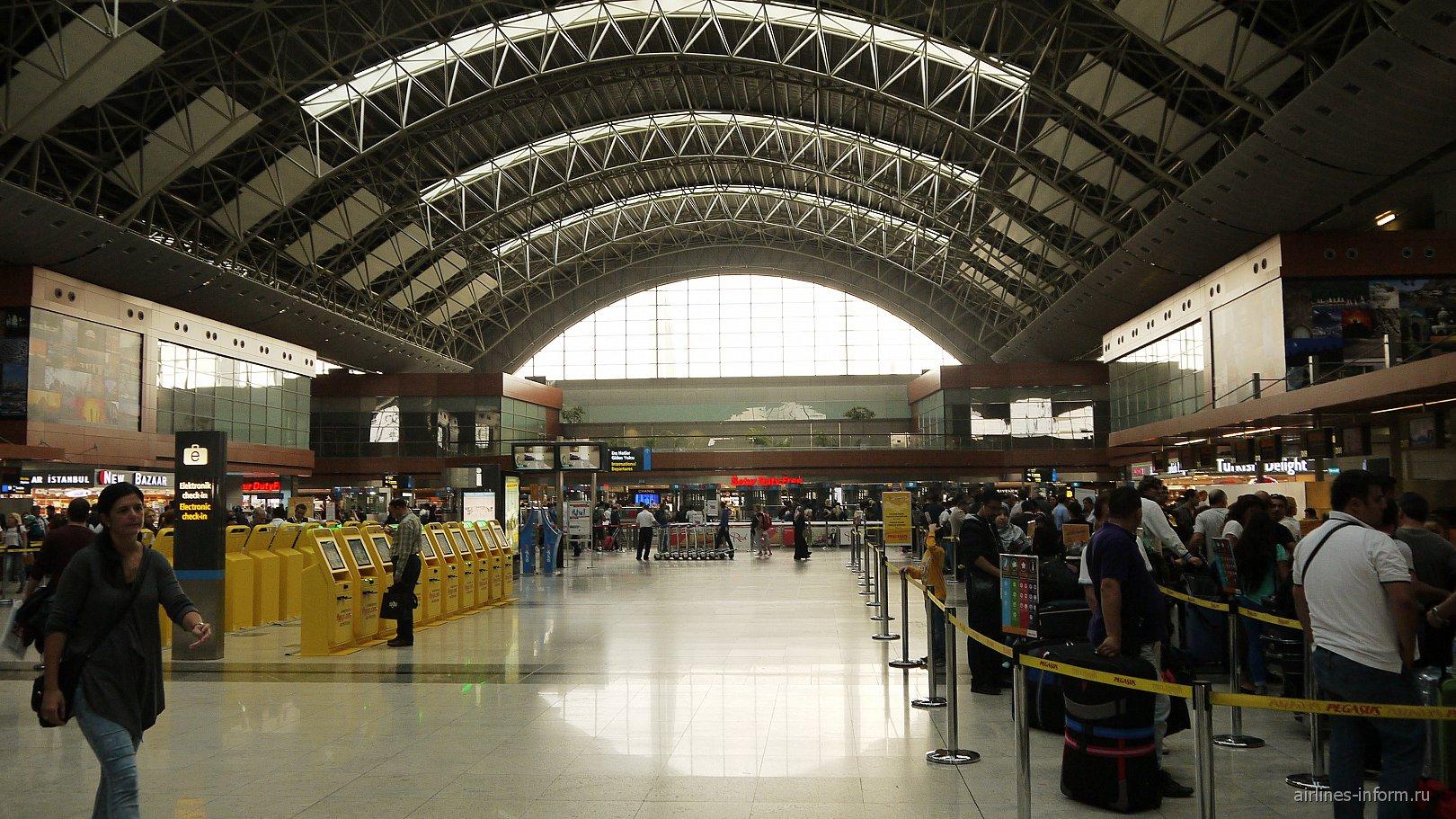Общий зал пассажирского терминала аэропорта Стамбул Сабиха Гёкчен