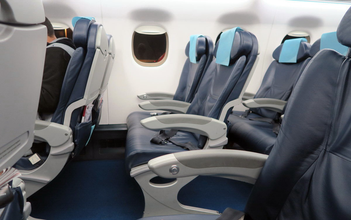 Пассажирские кресла в самолете Embraer 190 авиакомпании Buta Airways