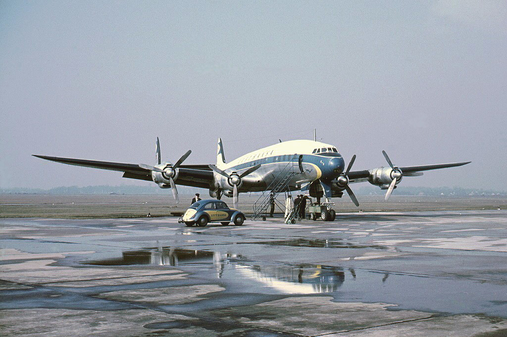 Самолет Lockheed L-1049G Super Constellation авиакомпании Lufthansa в аэропорту Дюссельдорфа