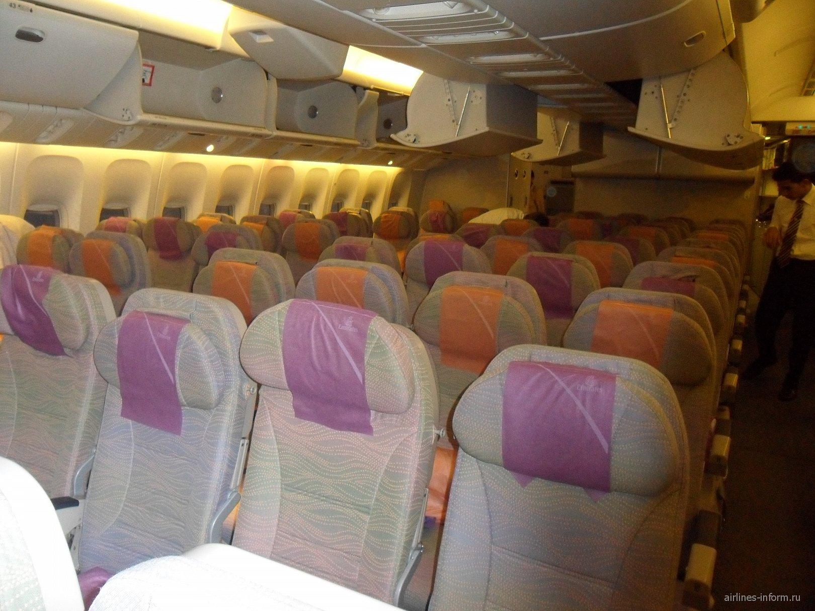 Салон самолета Боинг-777-200 авиакомпании Эмирейтс