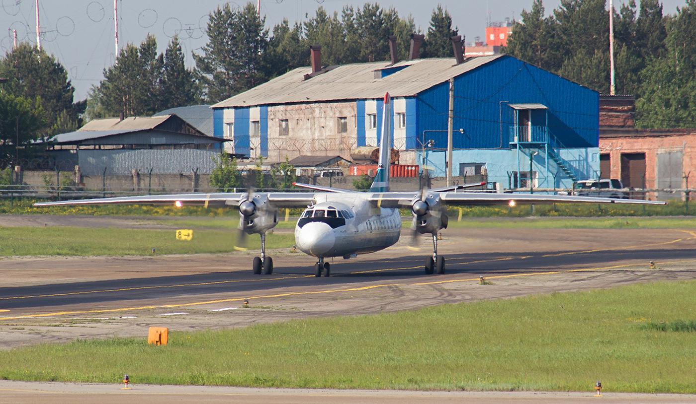 """Самолет Ан-24 авиакомпании """"Ангара"""" в аэропорту Иркутска"""