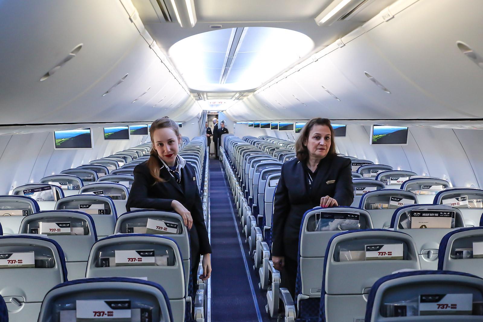 Бортпроводницы авиакомпании El Al в салоне самолета Боинг-737-900