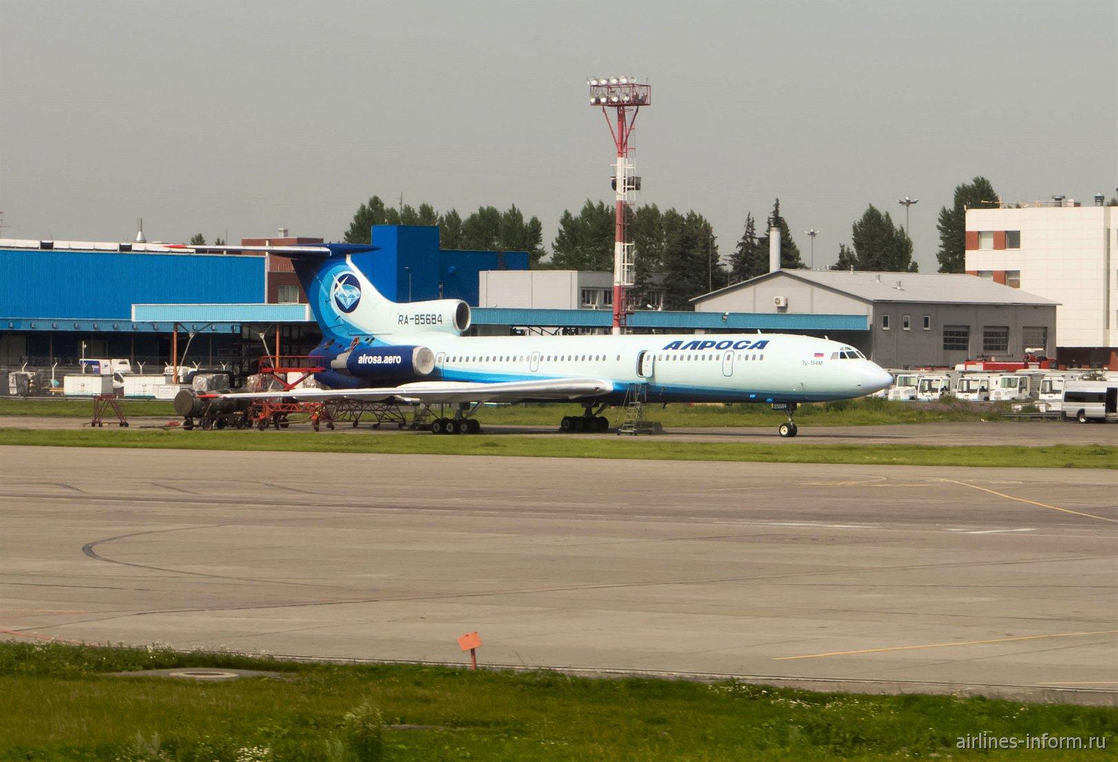 """Самолет Ту-154М RA-85684 авиакомпании """"Алроса"""" в аэропорту Домодедово"""