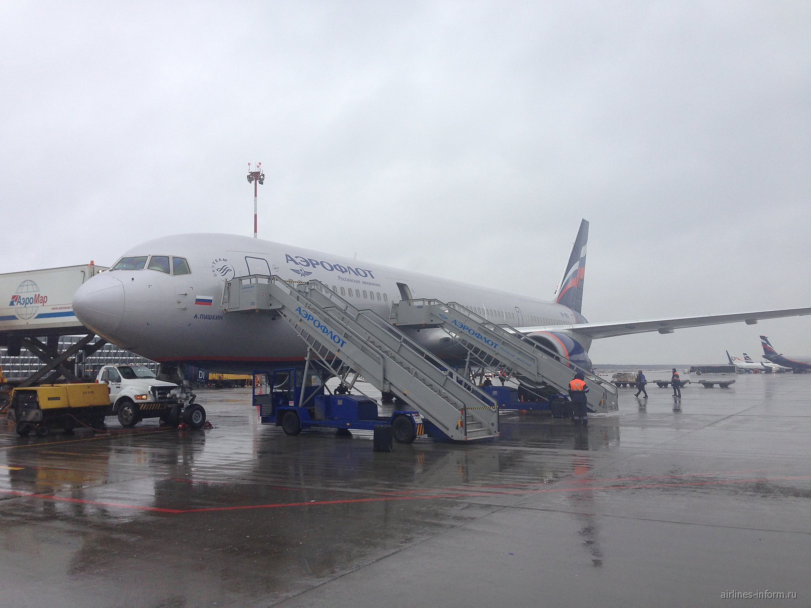 Самолет Боинг-767-300 Аэрофлота в аэропорту Шереметьево