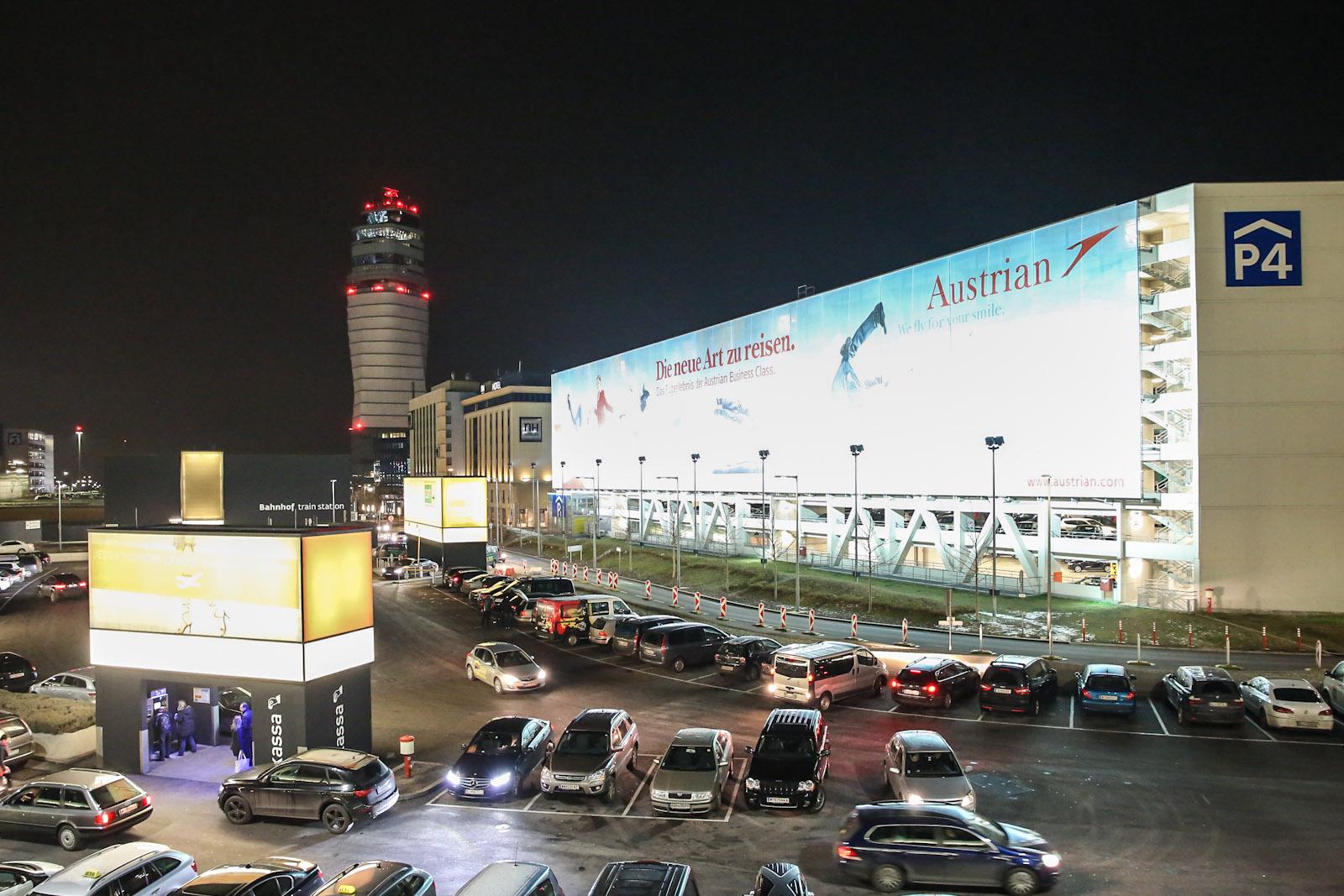 Автомобильная парковка и диспетчерская башня в аэропорту Вена Швехат