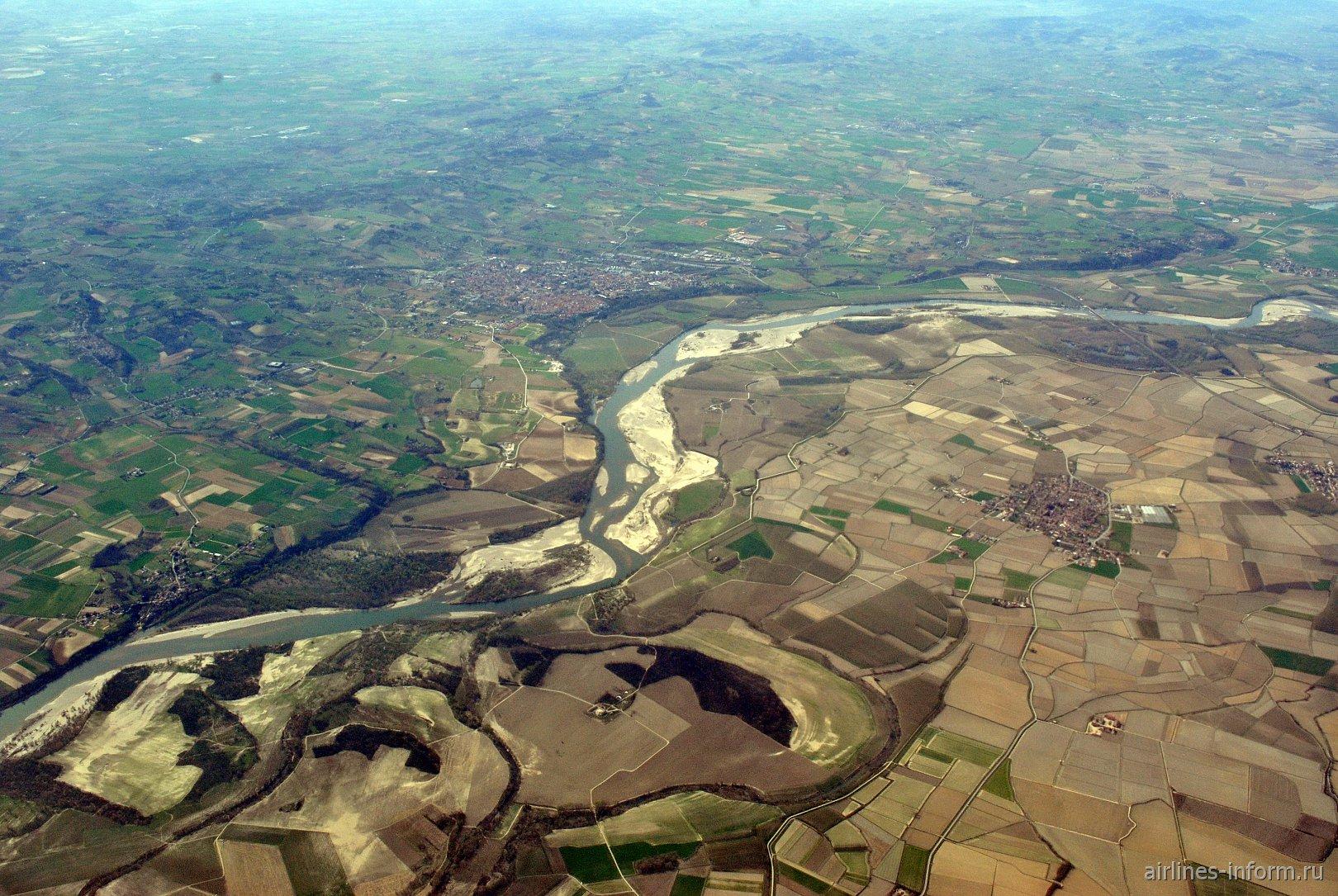 Река По, разделяющая Пьемонт и Ломбардию, близ города Валенца