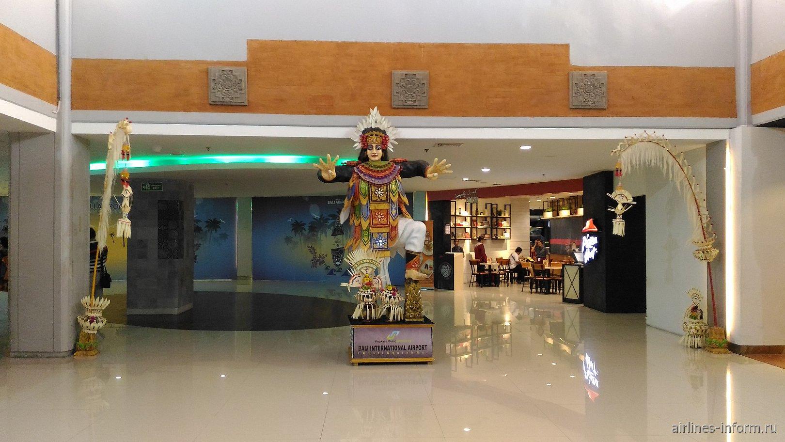 В чистой зоне терминала внутренних линий аэропорта Денпасар Нгура Рай