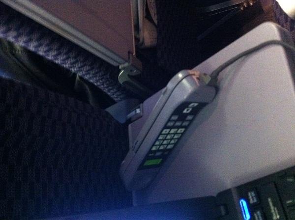 В каждом подлокотнике был пульт с телефоном.