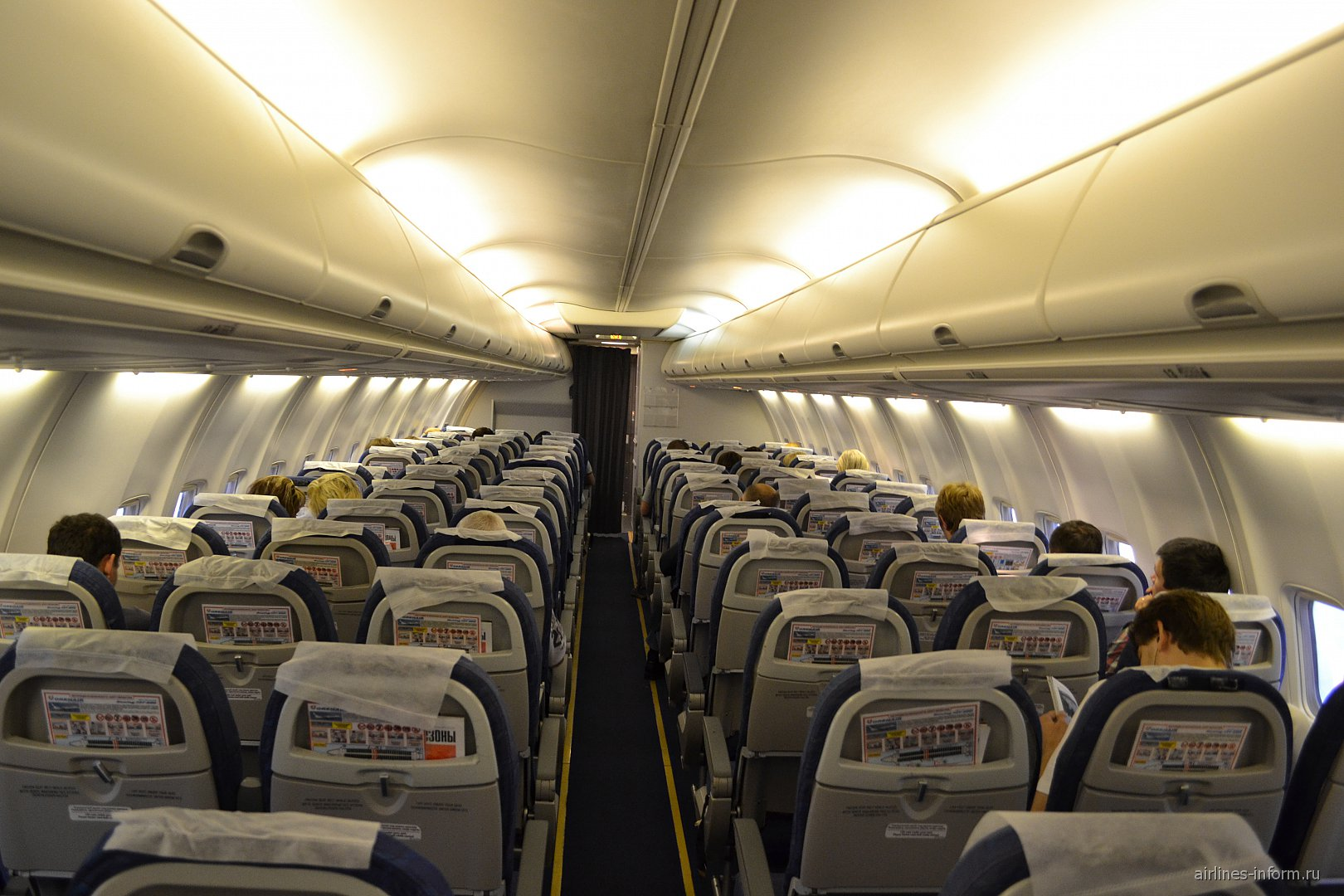 Салон самолета Боинг-737-800 Оренбургских авиалиний