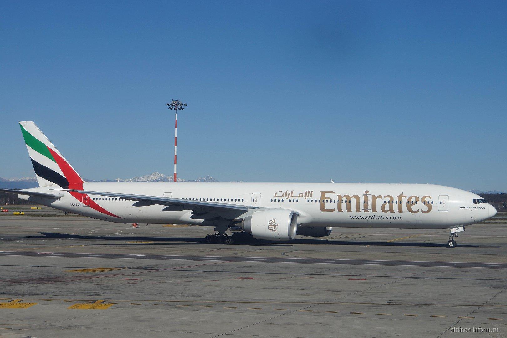 Boeing 777-300ER авиакомпании Emirates в аэропорту Милан Мальпенса