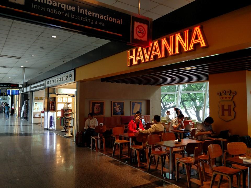 Галерея магазинов и кафе в аэропорту Буэнос-Айрес Хорхе Ньюбери