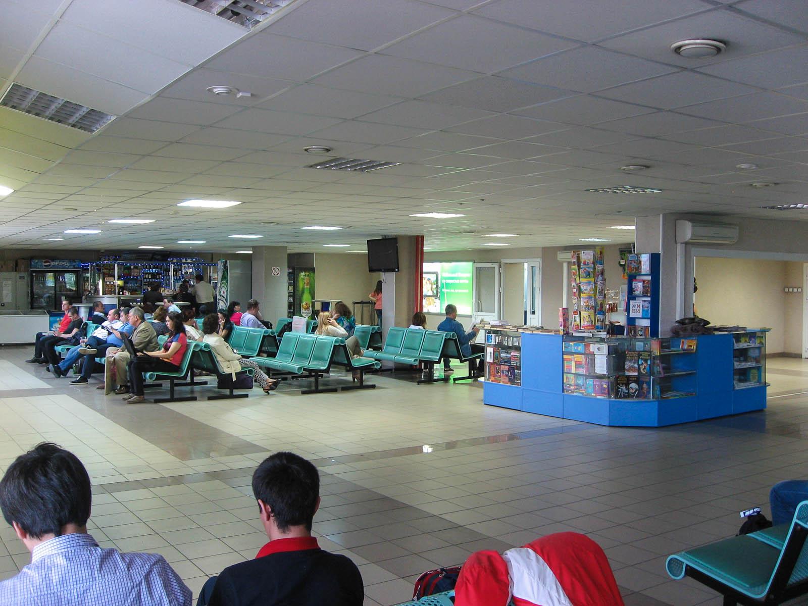 Зал ожидания в чистой зоне аэропорта Сургут