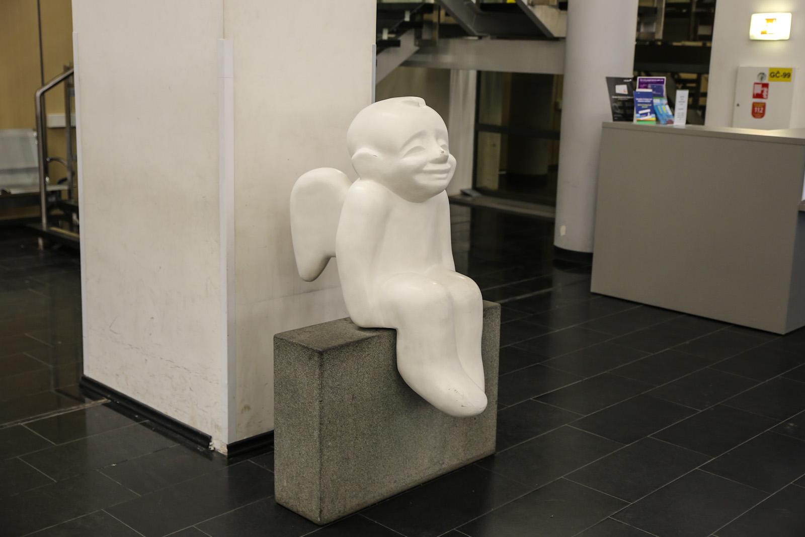 Улыбающийся малыш-ангел в аэропорту Вильнюс