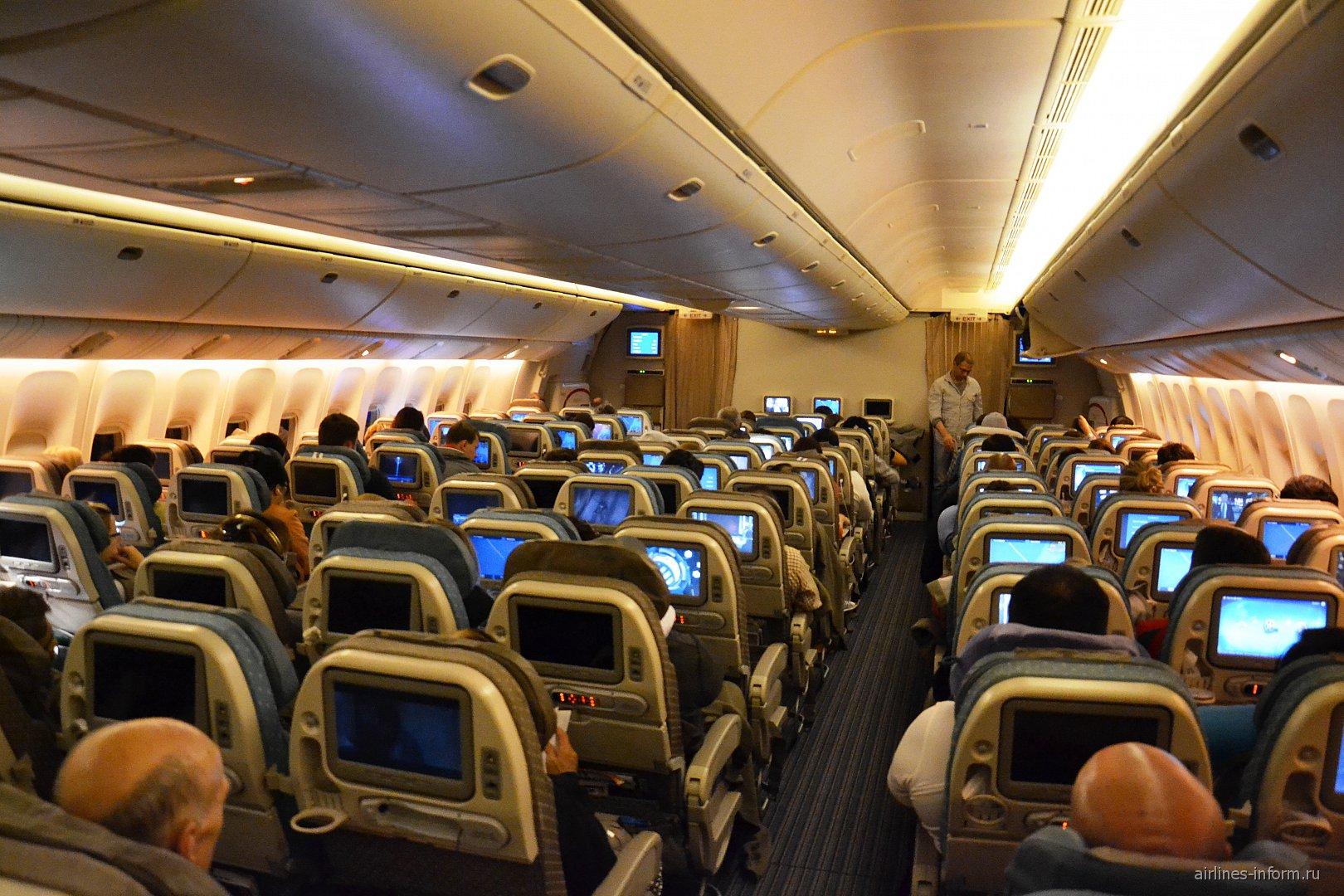 В салоне эконом-класса самолета Боинг-777-300 Сингапурских авиалиний