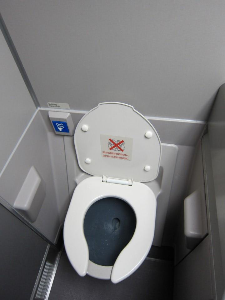 Туалет самолета Боинг-747-400 авиакомпании Люфтганза