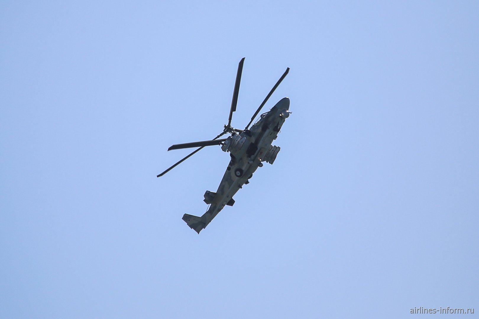 Ударный вертолет Ка-52 в небе на авиасалоне МАКС-2019