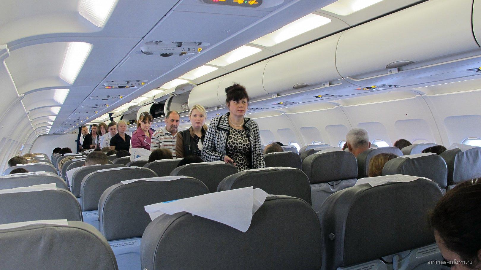 Салона экономического класса в самолета Airbus A320 Уральских авиалиний