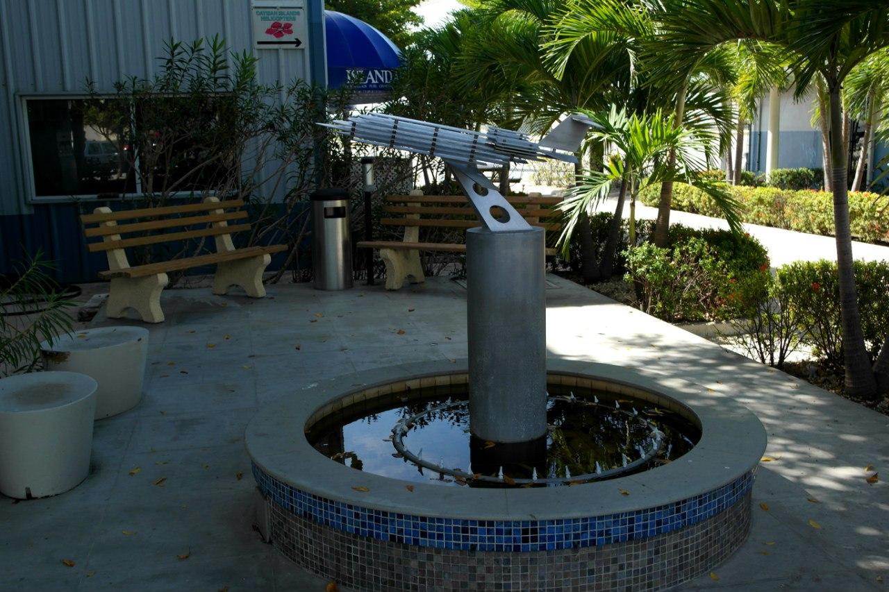 Фонтан в аэропорту Джорджтаун на Каймановых островах