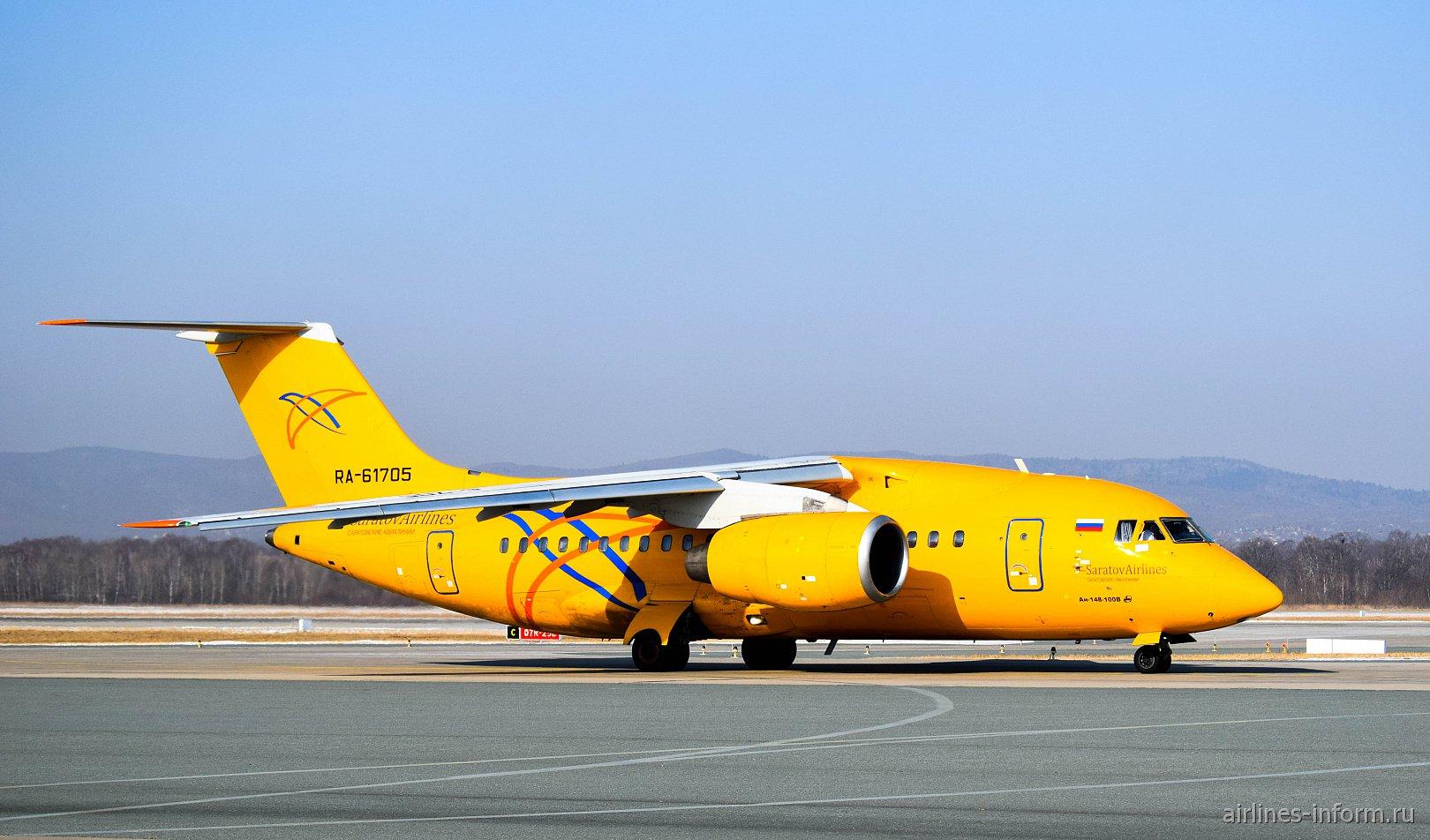 Самолет Ан-148 RA-61705 Саратовских авиалиний в аэропорту Владивостока