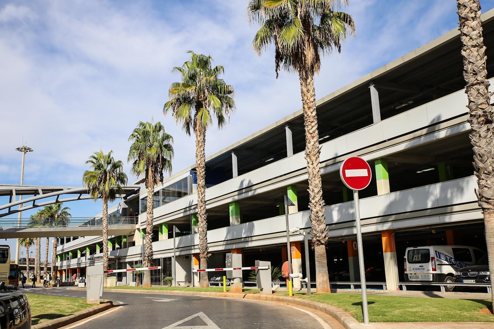 Многоуровневая автомобильная парковка в аэропорту Валенсия