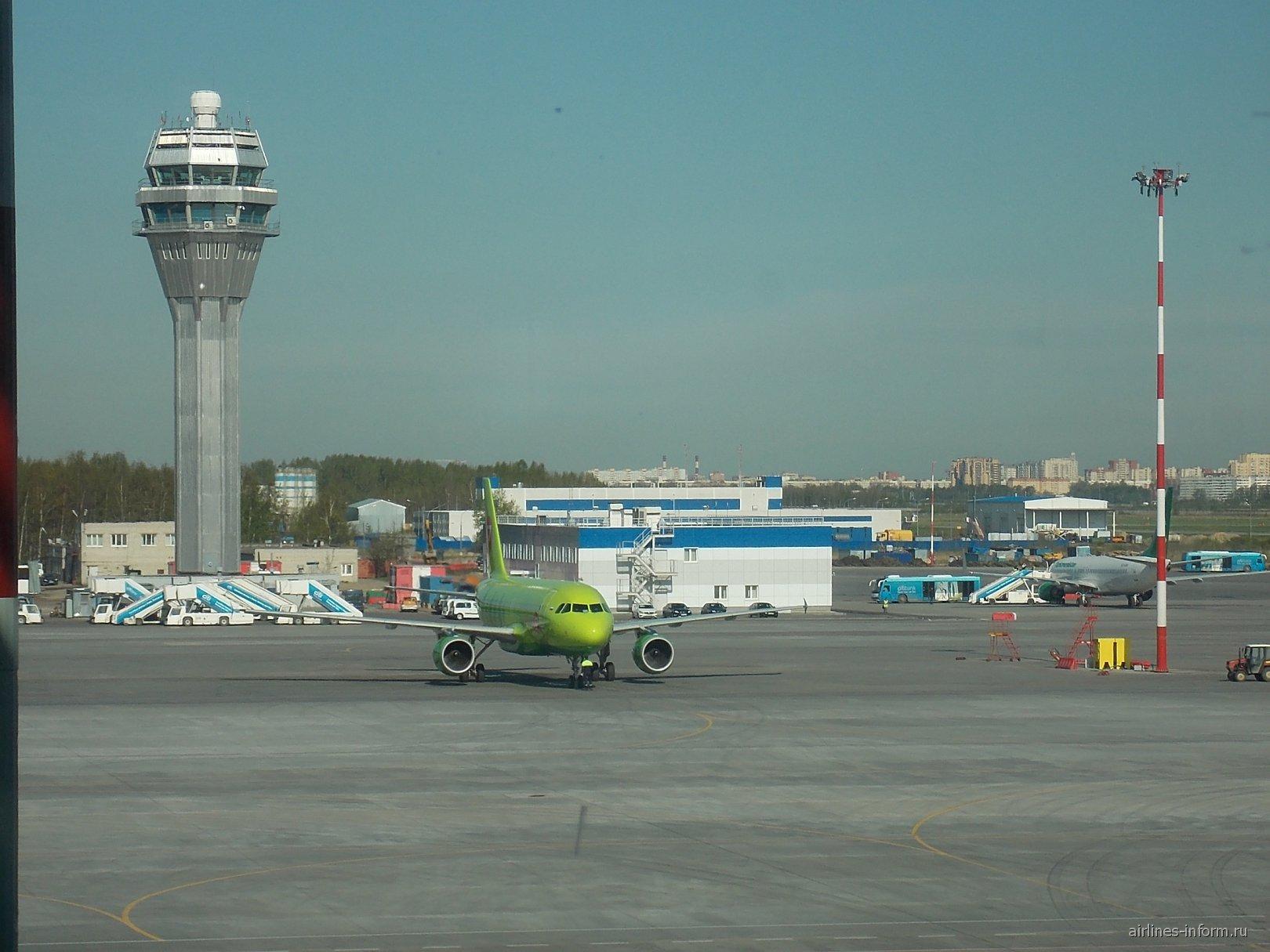 Летное поле и диспетчерская вышка в аэропорту Санкт-Петербург Пулково