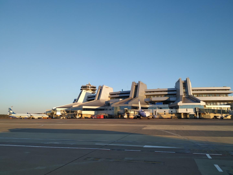 Вид с перрона на пассажирский терминал аэропорта Минск Национальный
