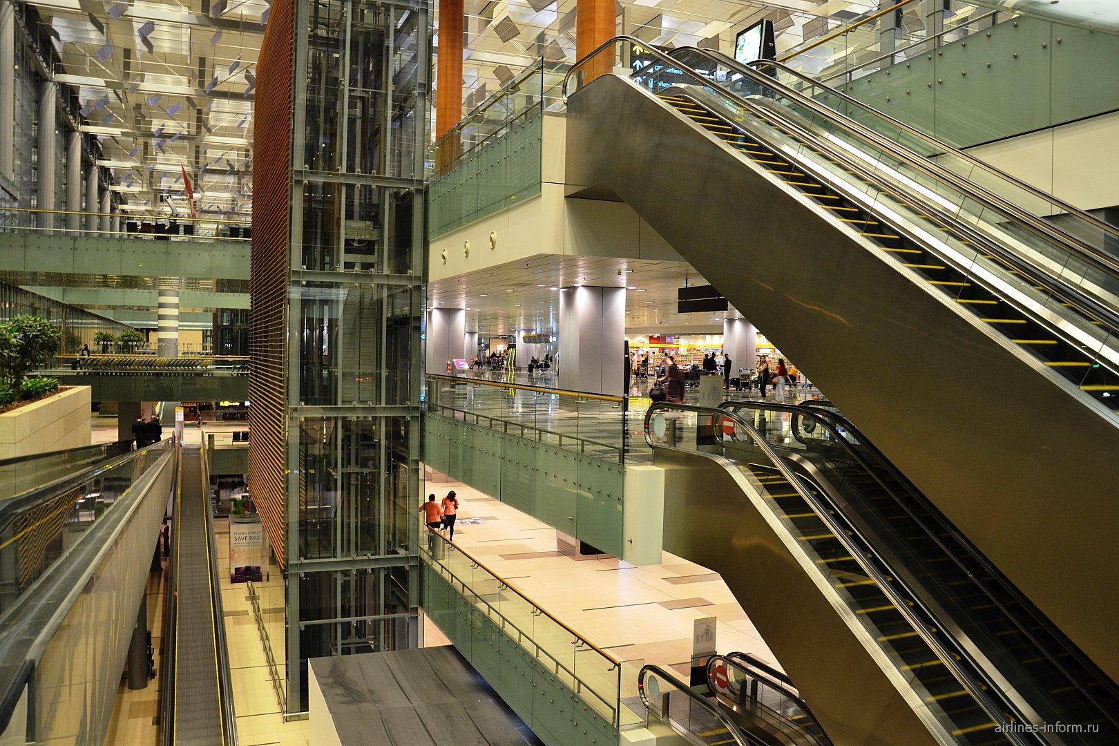Эскалаторы между этажами в Терминале 3 аэропорта Сингапур Чанги