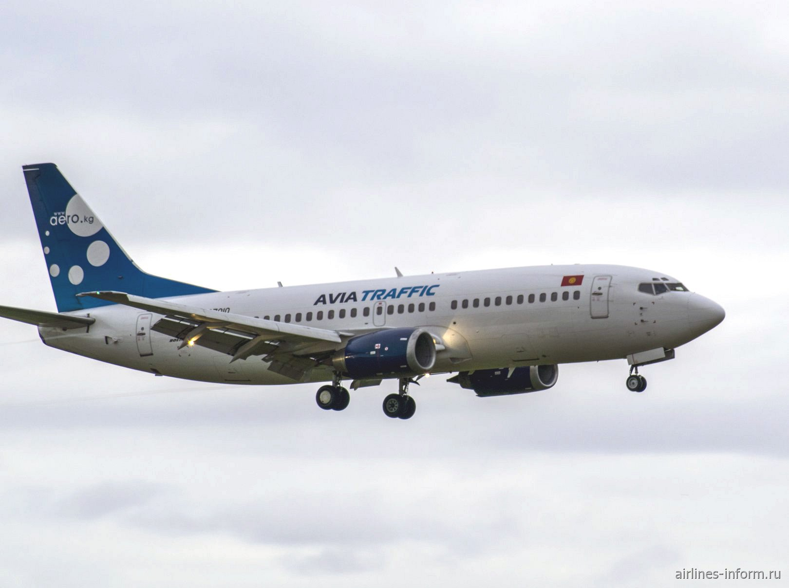 Боинг-737-300 авиакомпании Avia Traffic Company садится в аэропорту Домодедово