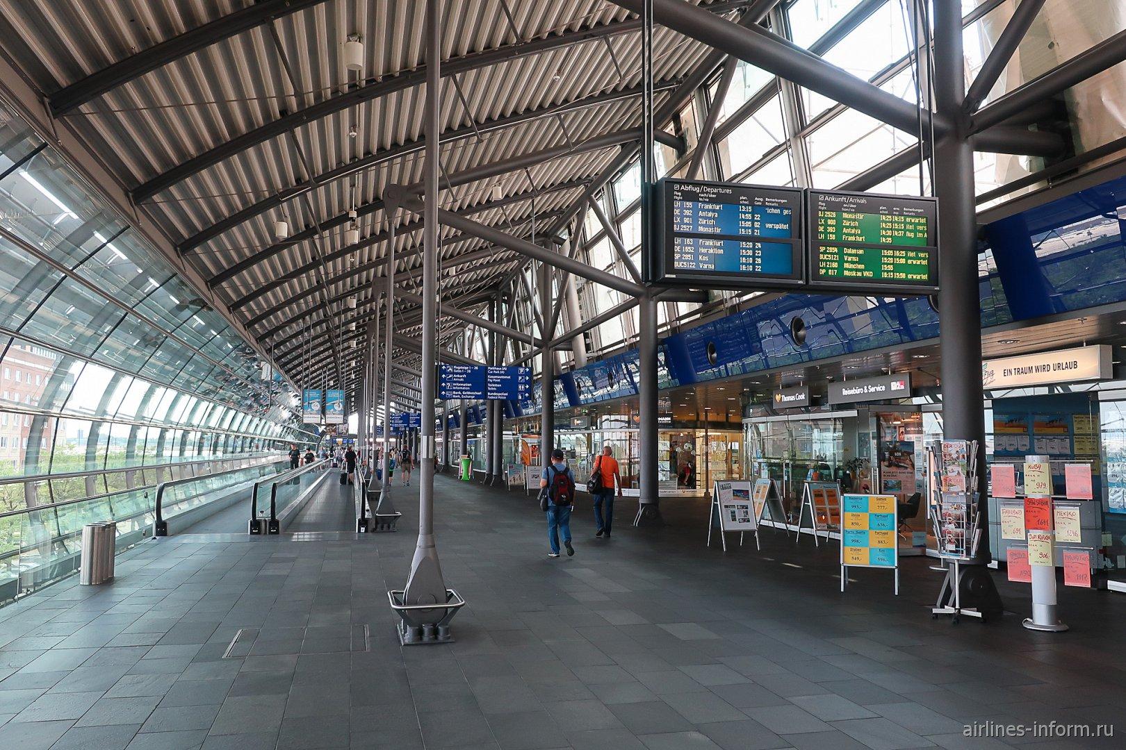 Пешеходный переход между терминалами в аэропорту Лейпциг-Галле