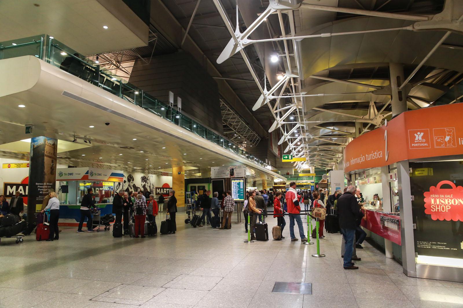 В терминале 1 аэропорта Лиссабон Портела