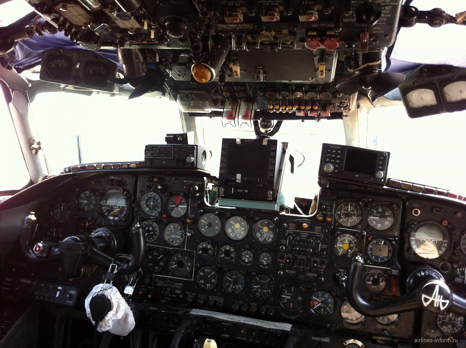 Пилотская кабина самолета Ан-24 Бурятских авиалиний