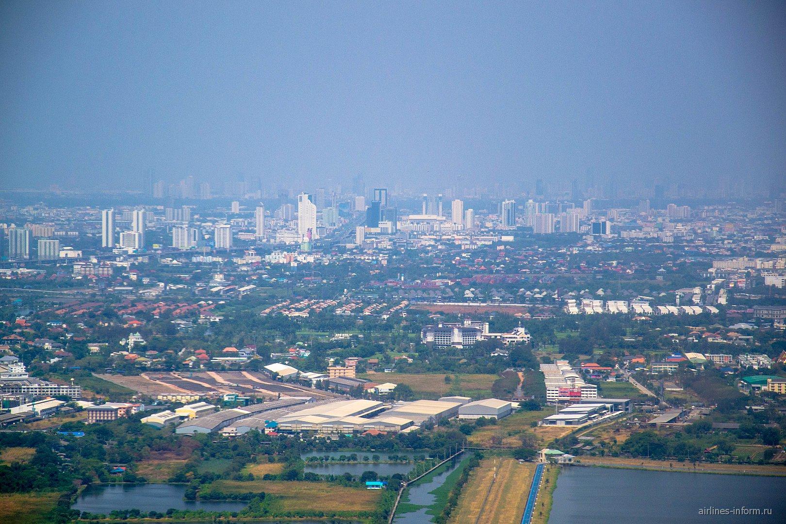 Вид на Бангкок при взлете из аэропорта Суварнабхуми