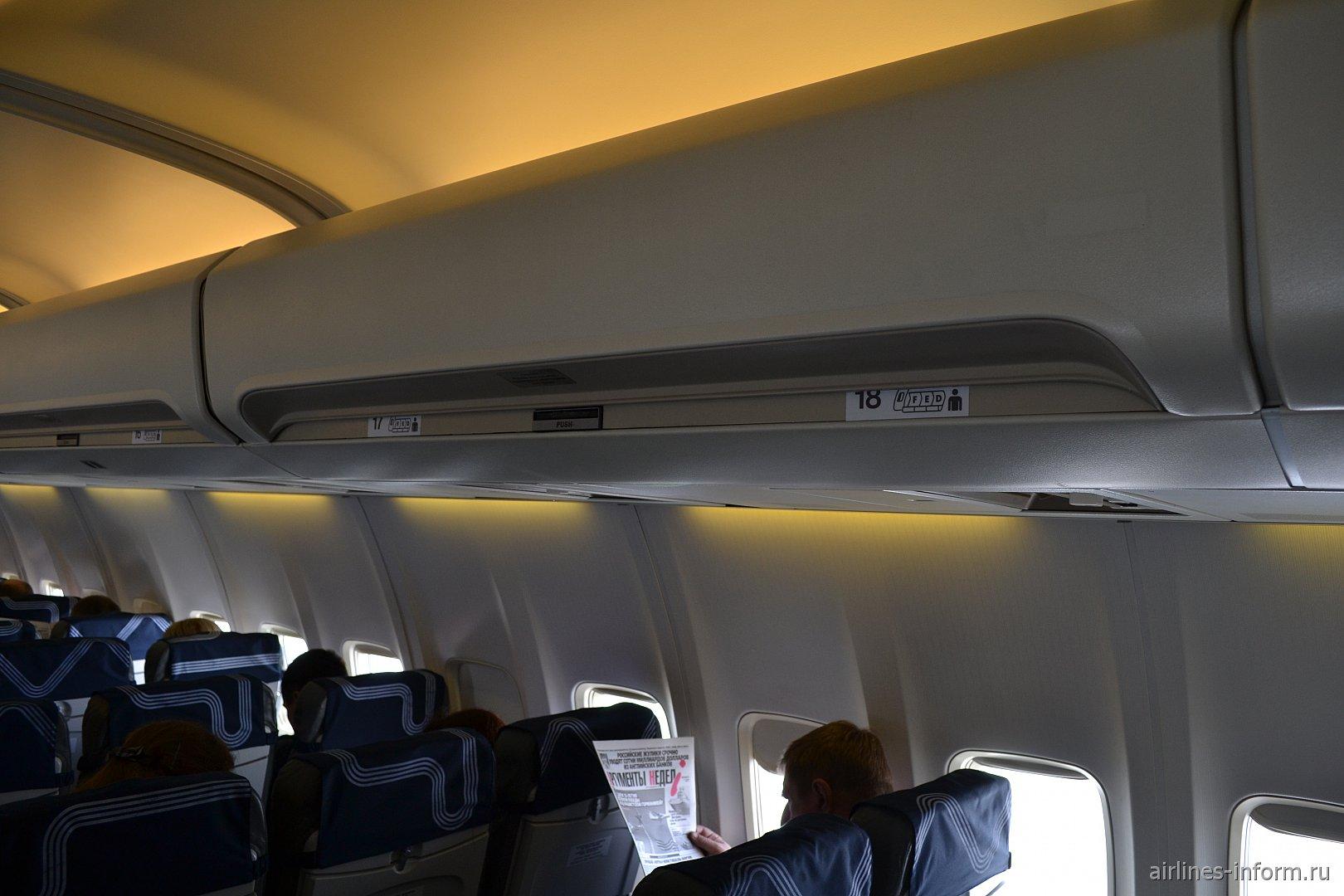 Салон самолета Боинг-737-500 авиакомпании Аврора