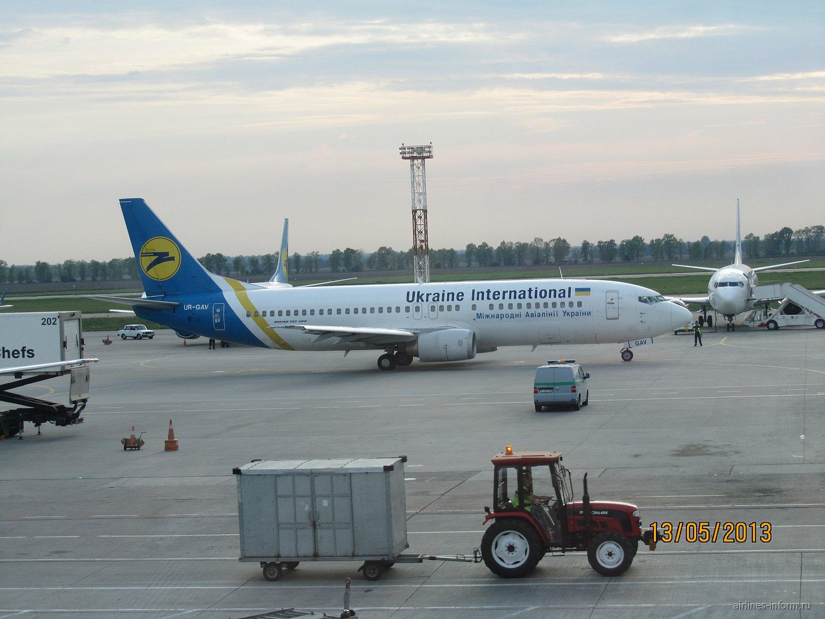 Боинг-737-300 Международных авиалиний Украины в римском аэропорту Фьюмичино